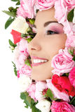 Πορτρέτο ομορφιάς του όμορφου νέου θηλυκού προσώπου με τα τριαντάφυλλα λουλουδιών Στοκ Φωτογραφία