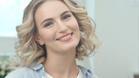 Πορτρέτο ομορφιάς του όμορφου ξανθού χαμόγελου γυναικών στη κάμερα Στοκ Φωτογραφίες