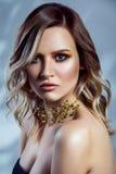 Πορτρέτο ομορφιάς του όμορφου προτύπου μόδας με το makeup, το χρωματισμένα κυματιστά hairstyle και τα εξαρτήματα στο λαιμό της Στοκ Φωτογραφίες