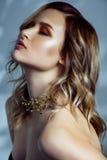 Πορτρέτο ομορφιάς του όμορφου προτύπου μόδας με το makeup, το χρωματισμένα κυματιστά hairstyle και τα εξαρτήματα στο λαιμό της Στοκ Εικόνες