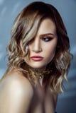 Πορτρέτο ομορφιάς του όμορφου προτύπου μόδας με το makeup, το χρωματισμένα κυματιστά hairstyle και τα εξαρτήματα στο λαιμό της Στοκ φωτογραφίες με δικαίωμα ελεύθερης χρήσης
