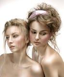 Πορτρέτο ομορφιάς των γυναικών με το λαμπρό δέρμα, και ρομαντική κυματιστή τρίχα Στοκ Εικόνες