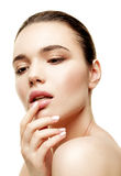 Πορτρέτο ομορφιάς Όμορφη γυναίκα σχετικά με τα χείλια της Στοκ εικόνα με δικαίωμα ελεύθερης χρήσης
