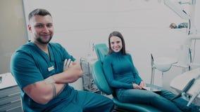 Πορτρέτο: ο οδοντίατρος και ο ασθενής Γραφείο οδοντιάτρων απόθεμα βίντεο