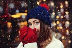 Πορτρέτο οδών των νέων όμορφων θερμαίνοντας χεριών γυναικών με το στόμα της Πρότυπη εξέταση τη κάμερα Γυναικεία φθορά μοντέρνη στοκ φωτογραφία με δικαίωμα ελεύθερης χρήσης