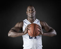 Πορτρέτο παίχτης μπάσκετ αφροαμερικάνων που κρατά μια σφαίρα Στοκ Φωτογραφίες