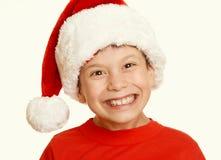 Πορτρέτο παιδιών αγοριών στο καπέλο santa, που έχει τη διασκέδαση και τις συγκινήσεις, διακοπών, κίτρινος που τονίζεται έννοια χε Στοκ φωτογραφία με δικαίωμα ελεύθερης χρήσης