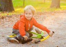 Πορτρέτο παιδιών μικρών παιδιών στο θερινό πάρκο Στοκ Εικόνες