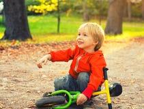 Πορτρέτο παιδιών μικρών παιδιών στο θερινό πάρκο Στοκ φωτογραφία με δικαίωμα ελεύθερης χρήσης
