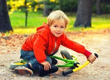 Πορτρέτο παιδιών μικρών παιδιών στο θερινό πάρκο Στοκ εικόνες με δικαίωμα ελεύθερης χρήσης