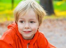 Πορτρέτο παιδιών μικρών παιδιών στο θερινό πάρκο Στοκ φωτογραφίες με δικαίωμα ελεύθερης χρήσης