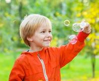 Πορτρέτο παιδιών μικρών παιδιών στο θερινό πάρκο Στοκ εικόνα με δικαίωμα ελεύθερης χρήσης