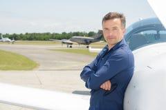 Πορτρέτο πειραματικό που στέκεται δίπλα στα αεροσκάφη Στοκ εικόνα με δικαίωμα ελεύθερης χρήσης