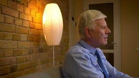 Πορτρέτο πλάγιας όψης κινηματογραφήσεων σε πρώτο πλάνο του παλαιού καυκάσιου επιχειρηματία που βγάζει το σακάκι του και που προσέ απόθεμα βίντεο