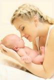 Πορτρέτο που αγαπά τη νέα εκμετάλλευση μητέρων σε ετοιμότητα που κοιμούνται το νήπιο Στοκ Φωτογραφίες