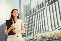 Πορτρέτο που γοητεύει την όμορφη γυναίκα γραμματέων Ελκυστικό beautifu στοκ εικόνες