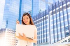 Πορτρέτο που γοητεύει την όμορφη νέα επιχειρηματία Πανέμορφο κορίτσι χ στοκ εικόνα με δικαίωμα ελεύθερης χρήσης