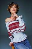Πορτρέτο που γοητεύει τη νέα κυρία με την κοντή κυματιστή τρίχα στην κεντητική στοκ φωτογραφίες με δικαίωμα ελεύθερης χρήσης