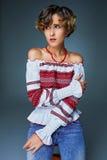 Πορτρέτο που γοητεύει τη νέα κυρία με την κοντή κυματιστή τρίχα στην κεντητική στοκ εικόνες