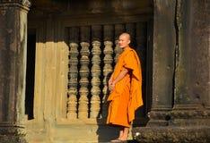 Πορτρέτο που πυροβολείται ενός μη αναγνωρισμένου βουδιστικού μοναχού σε Angkor Wat στοκ φωτογραφίες