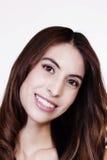 Πορτρέτο που χαμογελά τη γυναίκα του Λατίνα με το κεφάλι που γέρνουν Στοκ Εικόνες