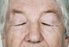 Πορτρέτο προσοχών των άσπρων ηλικιωμένων γυναικών ιδιαίτερων Στοκ φωτογραφία με δικαίωμα ελεύθερης χρήσης