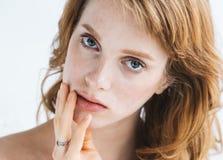 Πορτρέτο προσώπου γυναικών ομορφιάς με χεριών το Beautiful Spa πρότυπο κορίτσι Νεολαία και έννοια φροντίδας δέρματος Στοκ εικόνα με δικαίωμα ελεύθερης χρήσης