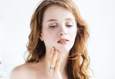 Πορτρέτο προσώπου γυναικών ομορφιάς με χεριών το Beautiful Spa πρότυπο κορίτσι Νεολαία και έννοια φροντίδας δέρματος Στοκ εικόνες με δικαίωμα ελεύθερης χρήσης