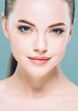 Πορτρέτο προσώπου γυναικών ομορφιάς Beautiful spa πρότυπο κορίτσι με το τέλειο φρέσκο καθαρό δέρμα πρόσκληση συγχαρητηρίων καρτών Στοκ Φωτογραφία