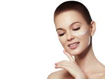 Πορτρέτο προσώπου γυναικών ομορφιάς Beautiful spa πρότυπο κορίτσι με το τέλειο φρέσκο καθαρό δέρμα Θηλυκό χαμόγελο Brunette Στοκ εικόνες με δικαίωμα ελεύθερης χρήσης