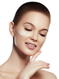 Πορτρέτο προσώπου γυναικών ομορφιάς Beautiful spa πρότυπο κορίτσι με το τέλειο φρέσκο καθαρό δέρμα Θηλυκό χαμόγελο Brunette Στοκ Εικόνες