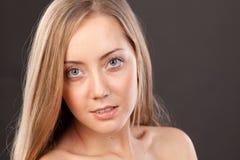 Πορτρέτο προσώπου κινηματογραφήσεων σε πρώτο πλάνο της νέας γυναίκας Στοκ Φωτογραφία