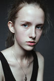 Πορτρέτο προσώπου κινηματογραφήσεων σε πρώτο πλάνο της νέας γυναίκας χωρίς σύνθεση Φυσικό ι Στοκ Φωτογραφία