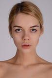 Πορτρέτο προσώπου κινηματογραφήσεων σε πρώτο πλάνο της νέας γυναίκας χωρίς σύνθεση Φυσικό ι Στοκ Εικόνες