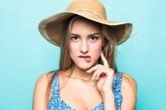 Πορτρέτο προσώπου της γυναίκας στο καπέλο αχύρου που απομονώνεται στο μπλε υπόβαθρο στοκ εικόνα