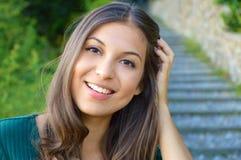 Πορτρέτο προσώπου της χαμογελώντας γυναίκας με το χέρι μεταξύ της τρίχας Δόντια που χαμογελούν το κορίτσι Το ένα διαμορφώνει το π στοκ φωτογραφίες