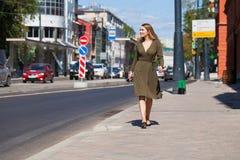 Πορτρέτο στην πλήρη αύξηση, νέα όμορφη ξανθή γυναίκα στοκ εικόνες