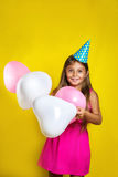 Πορτρέτο στούντιο ενός μικρού κοριτσιού που φορά ένα καπέλο κομμάτων στα γενέθλιά της ζωηρόχρωμο κορίτσι μπαλο&n Στοκ εικόνες με δικαίωμα ελεύθερης χρήσης