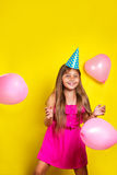 Πορτρέτο στούντιο ενός μικρού κοριτσιού που φορά ένα καπέλο κομμάτων στα γενέθλιά της ζωηρόχρωμο κορίτσι μπαλο&n Στοκ φωτογραφία με δικαίωμα ελεύθερης χρήσης