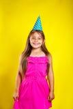 Πορτρέτο στούντιο ενός μικρού κοριτσιού που φορά ένα καπέλο κομμάτων στα γενέθλιά της χαριτωμένο κορίτσι διασκέ Στοκ Εικόνες