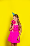 Πορτρέτο στούντιο ενός μικρού κοριτσιού που φορά ένα καπέλο κομμάτων στα γενέθλιά της Στοκ εικόνα με δικαίωμα ελεύθερης χρήσης