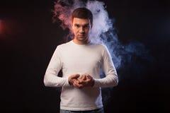 Πορτρέτο στούντιο ενός μυϊκού αθλητικού τύπου με έναν παίχτη του μπέιζμπολ π στοκ φωτογραφίες