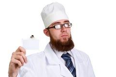 Νέος γενειοφόρος γιατρός στα γυαλιά που απομονώνεται στο λευκό Στοκ Φωτογραφία