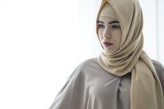 Πορτρέτο στούντιο ενός νέου κοριτσιού με ένα ευρωπαϊκό πρόσωπο στα ανατολικά ενδύματα σε ένα άσπρο υπόβαθρο Στοκ Εικόνες