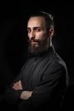 Πορτρέτο στούντιο ενός όμορφου ατόμου με μια γενειάδα στο μαύρο shir Στοκ φωτογραφία με δικαίωμα ελεύθερης χρήσης
