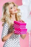 Πορτρέτο στούντιο μιας όμορφης γυναίκας με ένα δώρο στοκ φωτογραφία με δικαίωμα ελεύθερης χρήσης