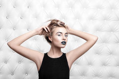Πορτρέτο στούντιο προκλητικού ενός ξανθού στο μαύρο φόρεμα Στοκ Εικόνες