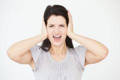 Πορτρέτο στούντιο της γυναίκας που καλύπτει τα αυτιά με τα χέρια στοκ φωτογραφία με δικαίωμα ελεύθερης χρήσης