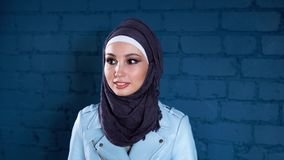 Πορτρέτο στούντιο της ευτυχούς νέας μουσουλμανικής γυναίκας απόθεμα βίντεο