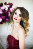 Πορτρέτο στούντιο της πανέμορφης ξανθής κυρίας άνθισης στο φανταστικό χρώμιο Στοκ Φωτογραφίες